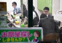 不動産店「ASTAGE」には新生活を始める人たちが部屋探しに訪れていた=東京都世田谷区で10日、宮間俊樹撮影