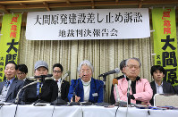 記者会見で険しい表情を見せる大間原発訴訟の会の竹田とし子代表(左)と河合弘之弁護士=北海道函館市で19日、梅村直承撮影