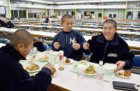 食事は選手たちにとってリラックスできる時間の一つ=高知県須崎市浦ノ内下中山の明徳義塾で、松原由佳撮影