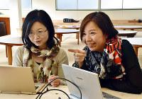 スタッフと打ち合わせをする湯川カナさん(右)=神戸市中央区江戸町のリベルタ学舎で、元田禎撮影