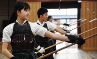 なぎなたを構える部員ら=兵庫県伊丹市の修武館で、田辺佑介撮影