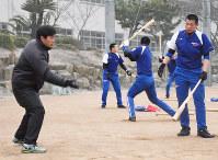 ナインを指導する下関国際の坂原秀尚監督(左)=山口県下関市の同校グラウンドで、佐藤緑平撮影