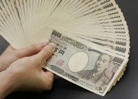 10,000-yen bills are seen in this November 2005 file photo. (Mainichi)