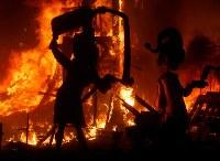 3月19日、スペイン3大祭りのひとつ「バレンシアの火祭り(ラス・ファジャス)」が今年も行われ、最終日の19日深夜には、数千人の見物客が見守るなか、巨大な人形数百個が燃やされた(2018年 ロイター/Heino Kalis )