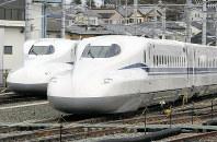 新幹線N700S(手前)とN700A=浜松市ので2018年3月10日、木葉健二撮影