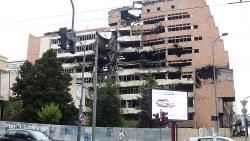 ユーゴスラビア解体の紛争当時、NATOのミサイル攻撃で破壊された政府のビルがそのまま残されていた(写真は筆者撮影)