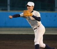 捕球、送球の安定感に定評がある木代成二塁手=町田市の日大三で