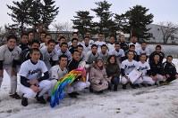 硬式球1ダースと千羽鶴を贈った宍戸ノリ子さん(前列左から4人目)と長女の佐藤昭子さん(同5人目)