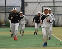 センバツに向け練習に励む国学院栃木の選手たち=兵庫県西宮市塩瀬町のビーコンパークスタジアムで