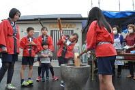 子どもたちも餅つきをして公民館の完成を祝った