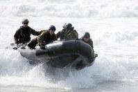 陸上自衛隊と米海兵隊が行った2月の日米共同訓練。水陸機動団の設立に備え、陸自隊員がボートなどによる上陸作戦の要領を確認した(陸上自衛隊提供)