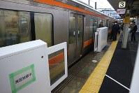 営業列車を使って実証試験を始めたJR金山駅のホームドア試作機=名古屋市中区で21日