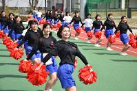 練習でも笑顔の智弁学園のチアリーダー=奈良県五條市の同校で、佐藤英里奈撮影