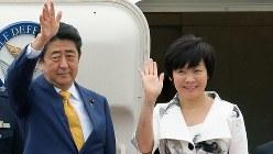 政府専用機で羽田空港を出発する安倍晋三首相夫妻=2017年4月27日、和田大典撮影