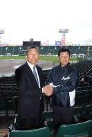握手して健闘を誓い合う由利工の渡辺義久監督(右)と日大三の小倉全由監督=阪神甲子園球場で