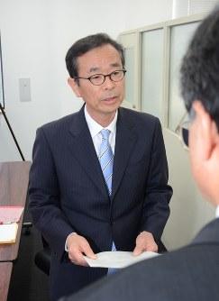 県教委に答申書を提出する高尾委員長
