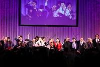 フィナーレでは参加者たちも壇上に上がり、会場が一体となって「時代」を熱唱した