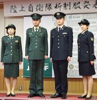 発表会で披露された陸上自衛隊の新しい制服(右2人)とこれまでの制服=防衛省で22日