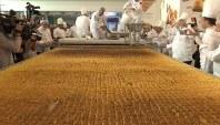 3月22日、トルコで重さ500キロを超える巨大な伝統菓子「バクラバ」が作られ、ギネス世界記録に認定された。写真はロイタービデオの映像から(2018年 ロイター)