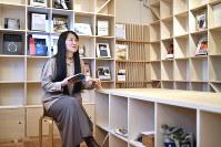 書店となるスペースで本を読む柳美里さん=福島県南相馬市小高区で2018年3月5日、藤井達也撮影