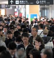 滑走路閉鎖の影響で混雑する福岡空港国内線ターミナル=福岡市博多区で2018年3月24日午前11時5分、津村豊和撮影