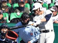 【由利工-日大三】四回裏日大三無死、日置が左越え本塁打を放つ=24日、平川義之撮影