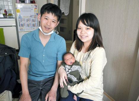 「かわいくてしかたない」と長男陽飛ちゃんを抱く小林聡恵さん(右)、守さん夫妻=神奈川県茅ケ崎市で、上東麻子撮影