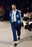 【ファッション・ウィーク東京】100年以上前の生地を職人が手作業で仕立てた服などを発表している「KUON クオン」=東京都渋谷区の渋谷ヒカリエで2018年3月24日午前10時54分、竹内紀臣撮影