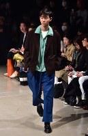 【ファッション・ウィーク東京】100年以上前の生地を職人が手作業で仕立てた服などを発表している「KUON クオン」=東京都渋谷区の渋谷ヒカリエで2018年3月24日午前10時52分、竹内紀臣撮影