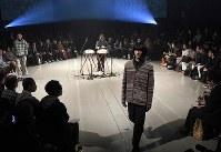 【ファッション・ウィーク東京】100年以上前の生地を職人が手作業で仕立てた服などを発表している「KUON クオン」=東京都渋谷区の渋谷ヒカリエで2018年3月24日午前10時50分、竹内紀臣撮影