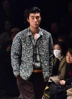 【ファッション・ウィーク東京】100年以上前の生地を職人が手作業で仕立てた服などを発表している「KUON クオン」=東京都渋谷区の渋谷ヒカリエで2018年3月24日午前10時49分、竹内紀臣撮影
