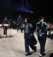 【ファッション・ウィーク東京】「KUON クオン」のフィナーレ=東京都渋谷区の渋谷ヒカリエで2018年3月24日午前10時58分、竹内紀臣撮影