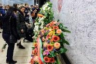 ベルギー同時テロの現場・地下鉄マールベーク駅で犠牲者を追悼する人々=ブリュッセルで2018年3月22日、ロイター