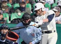 【由利工-日大三】四回裏日大三無死、日置が左越え本塁打を放つ=阪神甲子園球場で、平川義之撮影