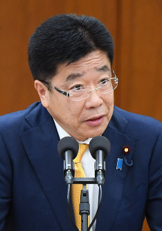 Labor minister Katsunobu Kato speaks on the flawed survey data relating to the discretionary labor system, at a meeting of House of Representatives Committee on Health, Labor and Welfare on March 23, 2018. (Mainichi)