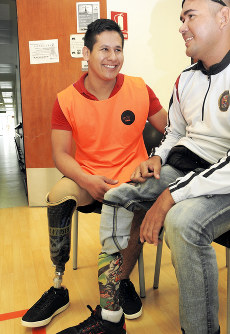 Andres Gomez, left, who lost his right leg to a landmine in combat, is seen in Bogota, Colombia, on Jan. 18, 2018. (Mainichi)