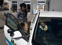 教習車に乗り込み座席を調整する大沢幸一さん(右端)。見守る指導員の武藤涼さん(左下)と作業療法士、原大地さん=前橋市の前橋自動車教習所で