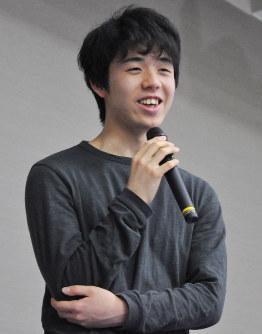 4連覇を達成し取材に応じる藤井聡太六段=名古屋市中区で2018年3月25日午後4時46分、三上剛輝撮影