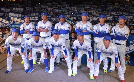 今シーズンの開幕に向けて闘志を燃やすベイスターズナイン=横浜市中区で