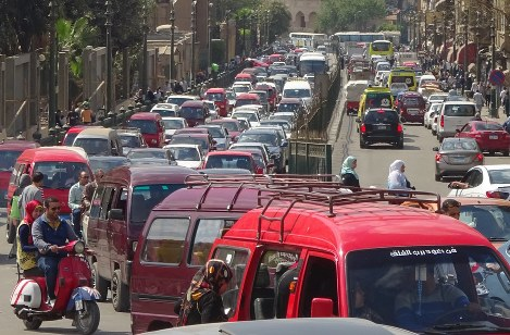 渋滞の列が途切れないカイロ市内。人口爆発時代を支えるエジプトの経済再建は大統領選の焦点の一つだ=カイロで2017年4月1日、篠田航一撮影