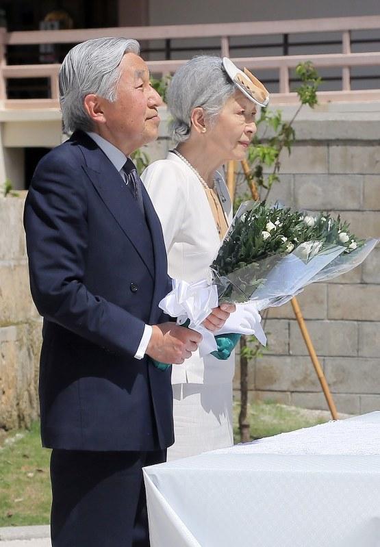 天皇 陛下 が 最初 の 沖縄 訪問 で まず 訪れ た の は