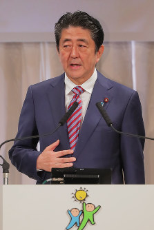 Prime Minister Shinzo Abe is seen addressing the Liberal Democratic Party convention in Tokyo's Minato Ward, on March 25, 2018. (Mainichi)