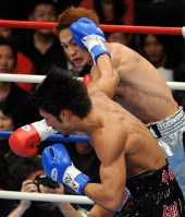 【ボクシング日本ウエルター級タイトルマッチ】一回、激しく打ち合う湯場忠志(奥)と牛若丸あきべぇ=東京・後楽園ホールで2007年12月6日、丸山博撮影