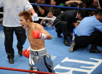 【ボクシング日本ウエルター級タイトルマッチ】一回、牛若丸あきべぇ(右奥)にKO勝ちして喜ぶ湯場忠志=東京・後楽園ホールで2007年12月6日、丸山博撮影