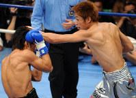 【ボクシング日本ウエルター級タイトルマッチ】一回、牛若丸あきべぇ(左)を攻める湯場忠志=東京・後楽園ホールで2007年12月6日、丸山博撮影