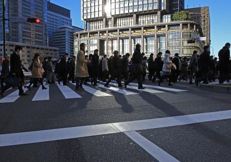 職場に向かう通勤者たち=東京都千代田区で、梅村直承撮影
