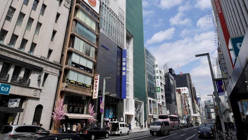 商業地で公示地価全国1位となった東京都中央区銀座の山野楽器銀座本店周辺=西本勝撮影
