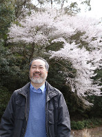 「タイプ標本木」を背に説明する勝木俊雄さん=和歌山県古座川町池野山で、山本芳博撮影