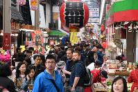 外国人観光客らでにぎわう黒門市場=大阪市中央区で2018年3月27日、小松雄介撮影