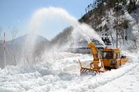標高約1800メートル付近で行われた除雪作業=日光市湯元の金精道路で